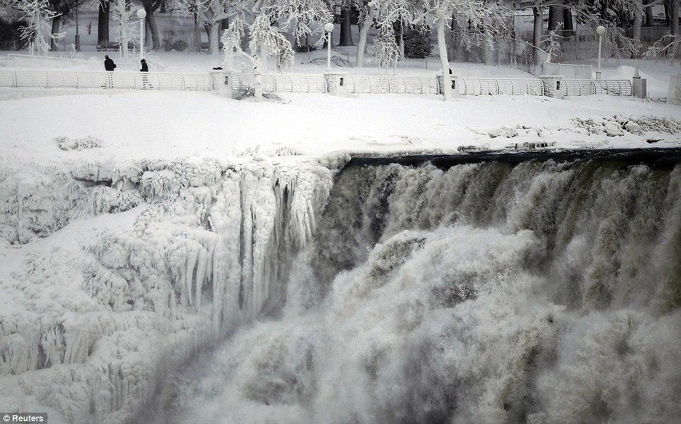 article 0 1A81C03C00000578 327 964x601 10 завораживающих фото замерзшего Ниагарского водопада