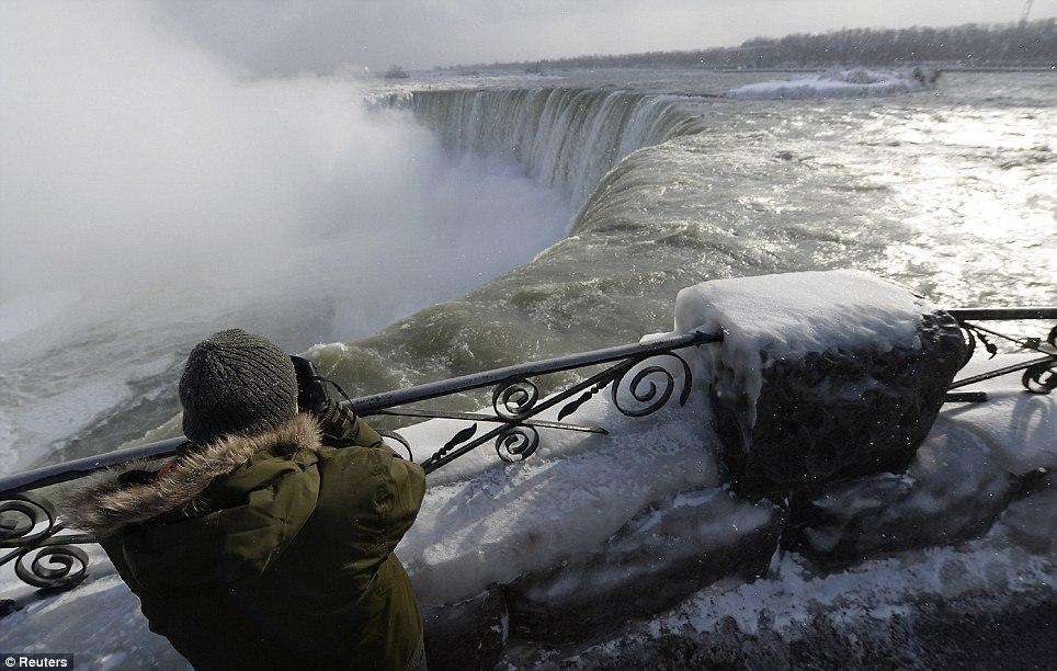 article 2536278 1A812E7A00000578 639 964x612 10 завораживающих фото замерзшего Ниагарского водопада