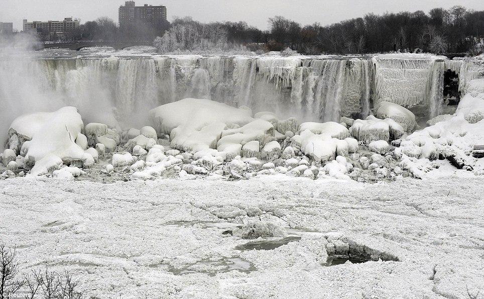 article 2536278 1A81BF9700000578 55 964x597 10 завораживающих фото замерзшего Ниагарского водопада