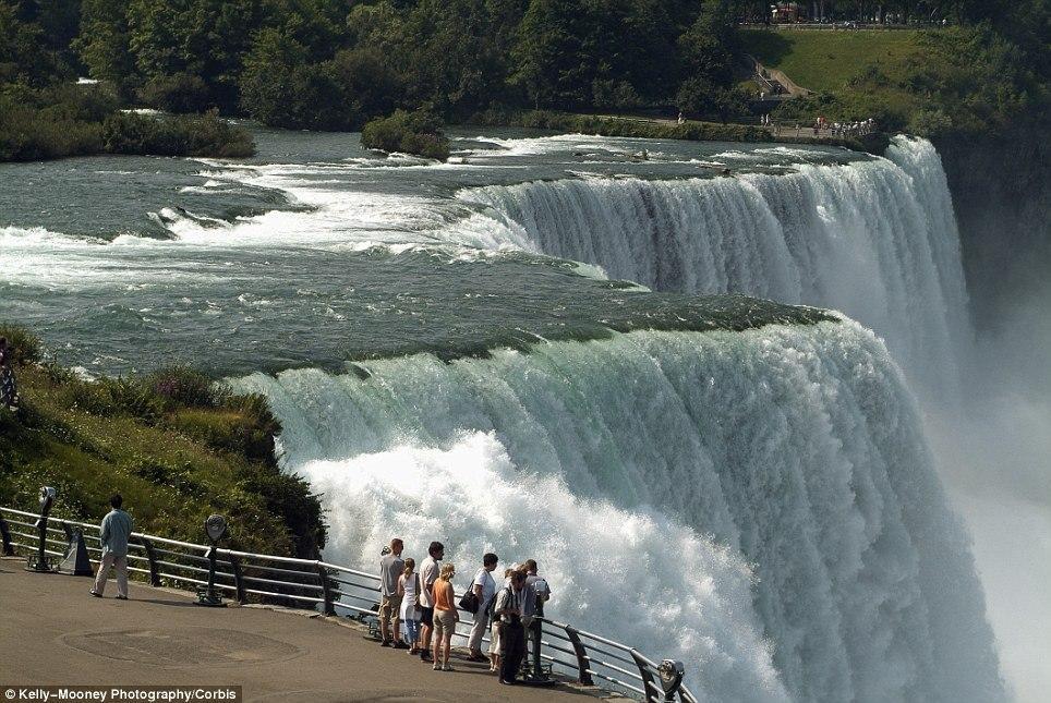 article 2536278 1A8221F600000578 136 964x645 10 завораживающих фото замерзшего Ниагарского водопада