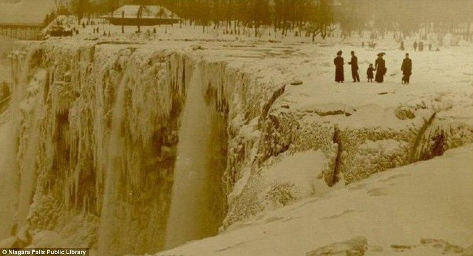article 2536278 1A82232200000578 809 964x522 10 завораживающих фото замерзшего Ниагарского водопада