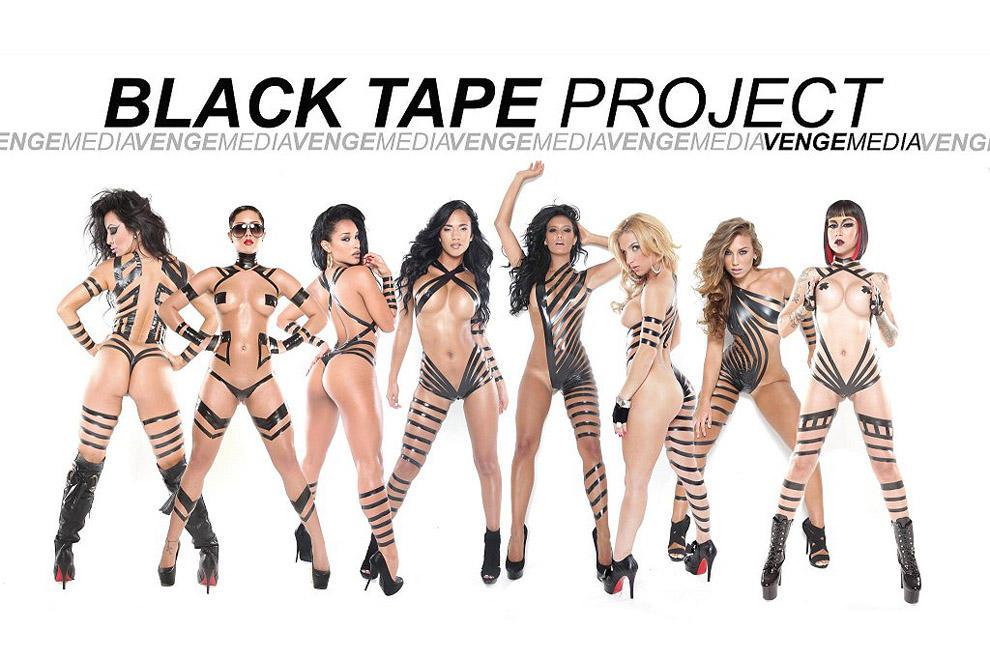 blacktapeproject02 Девушки в нарядах из черного скотча