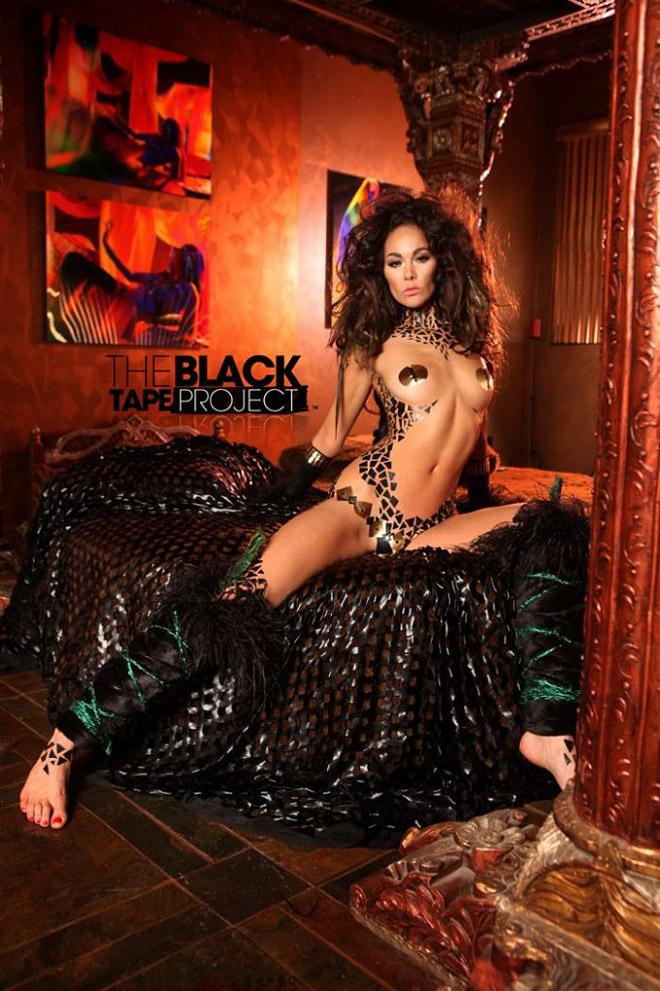 blacktapeproject08 Девушки в нарядах из черного скотча