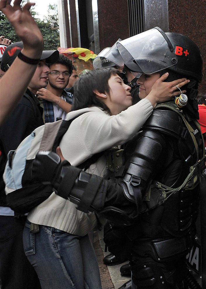 compassionoverviolence02 30 фотопримеров человеческого сострадания во время акций протеста