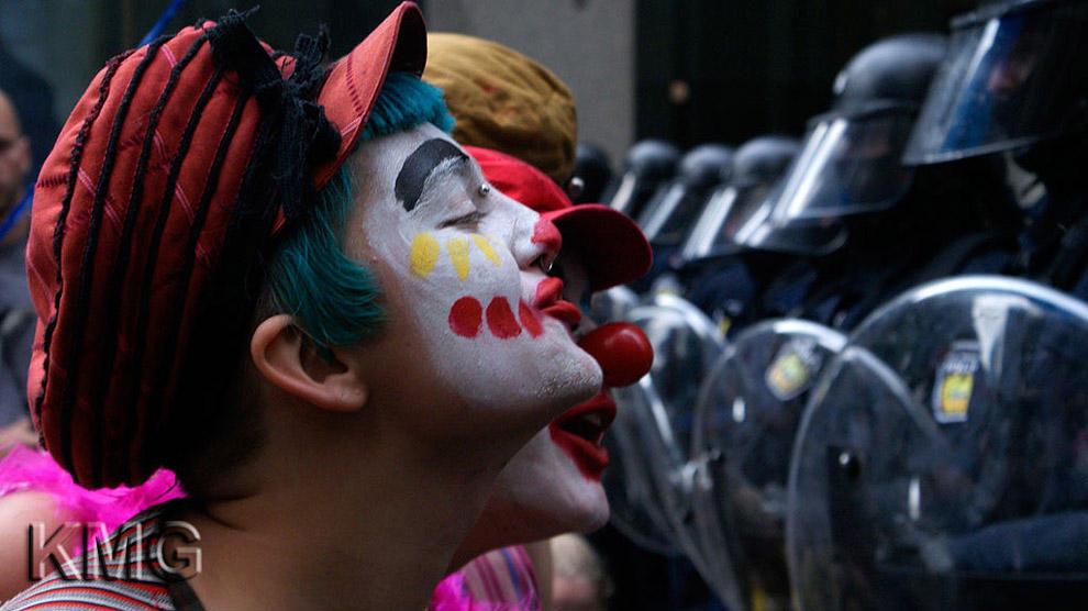 compassionoverviolence05 30 фотопримеров человеческого сострадания во время акций протеста
