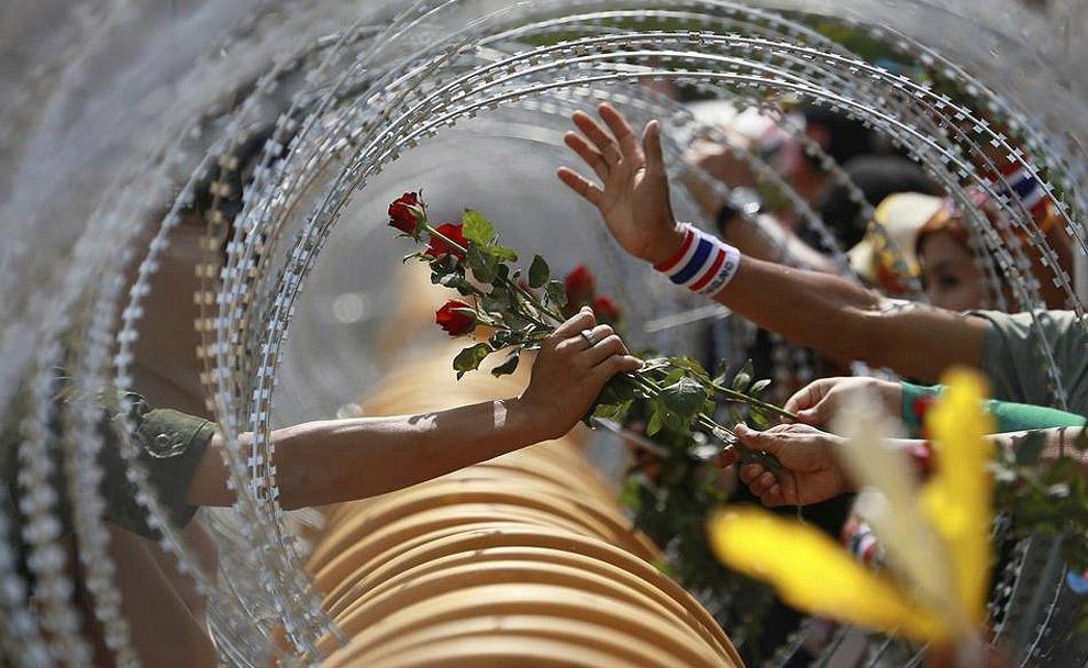 compassionoverviolence06 30 фотопримеров человеческого сострадания во время акций протеста