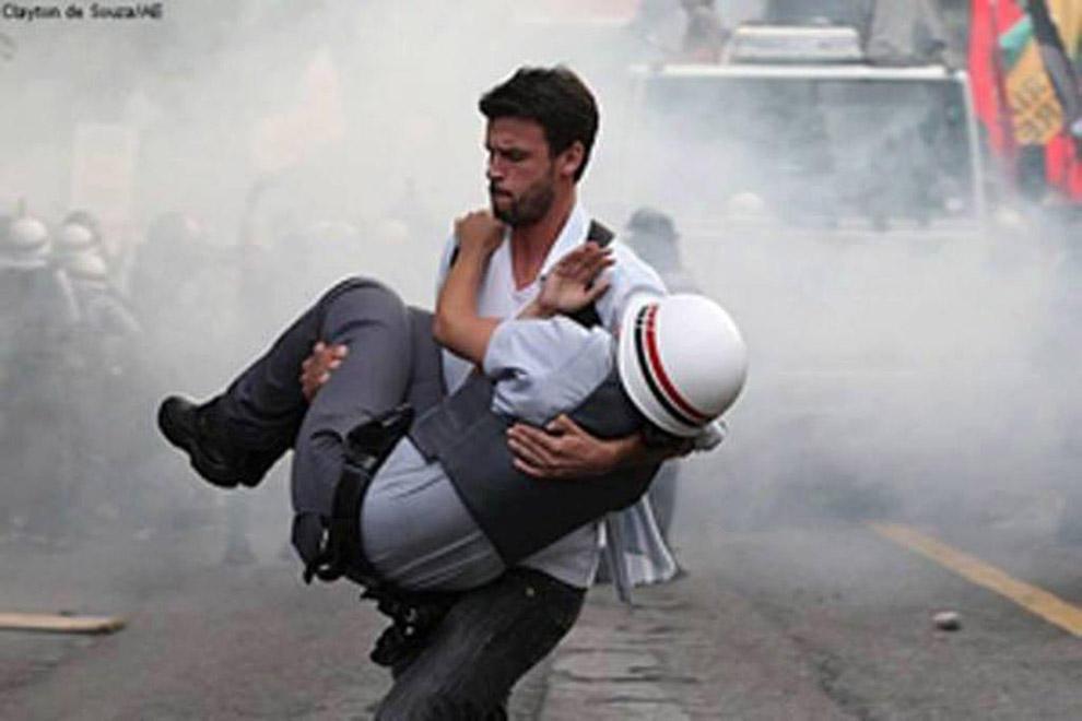 compassionoverviolence07 30 фотопримеров человеческого сострадания во время акций протеста