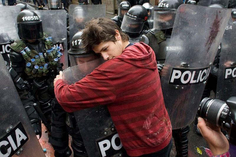 compassionoverviolence08 800x533 30 фотопримеров человеческого сострадания во время акций протеста