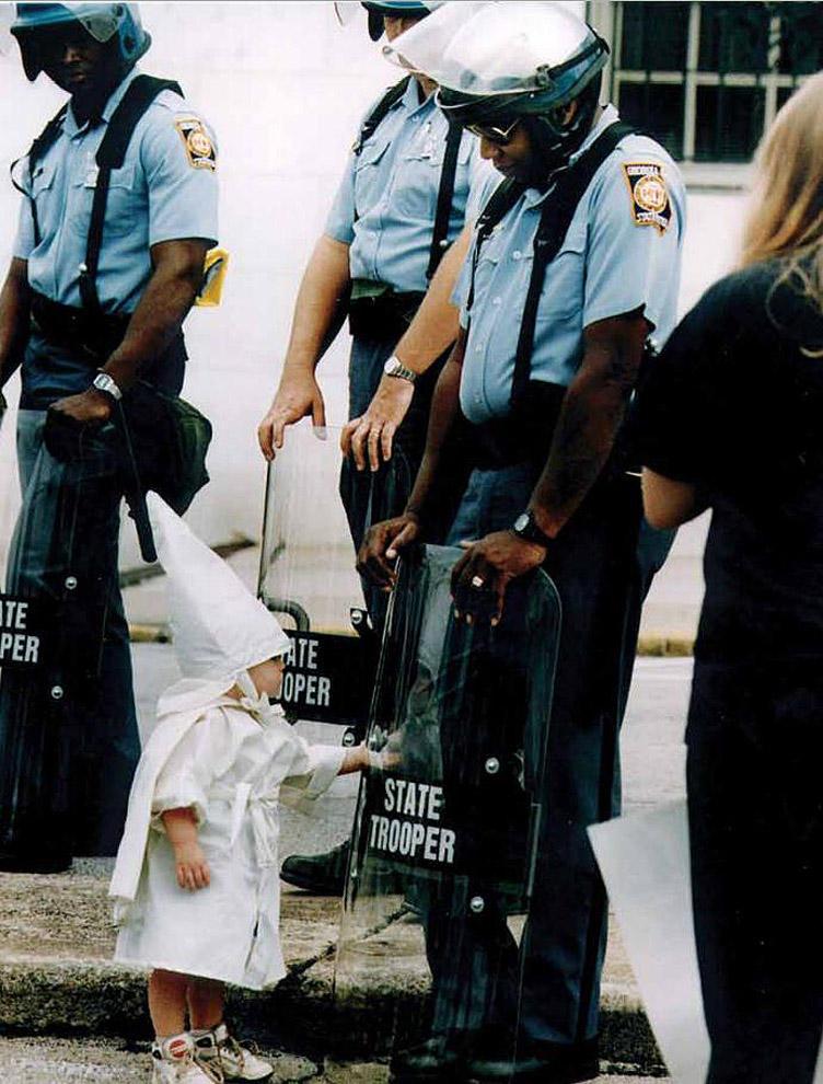 compassionoverviolence09 30 фотопримеров человеческого сострадания во время акций протеста