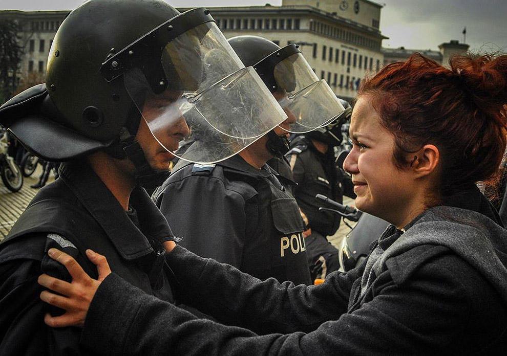 compassionoverviolence13 30 фотопримеров человеческого сострадания во время акций протеста