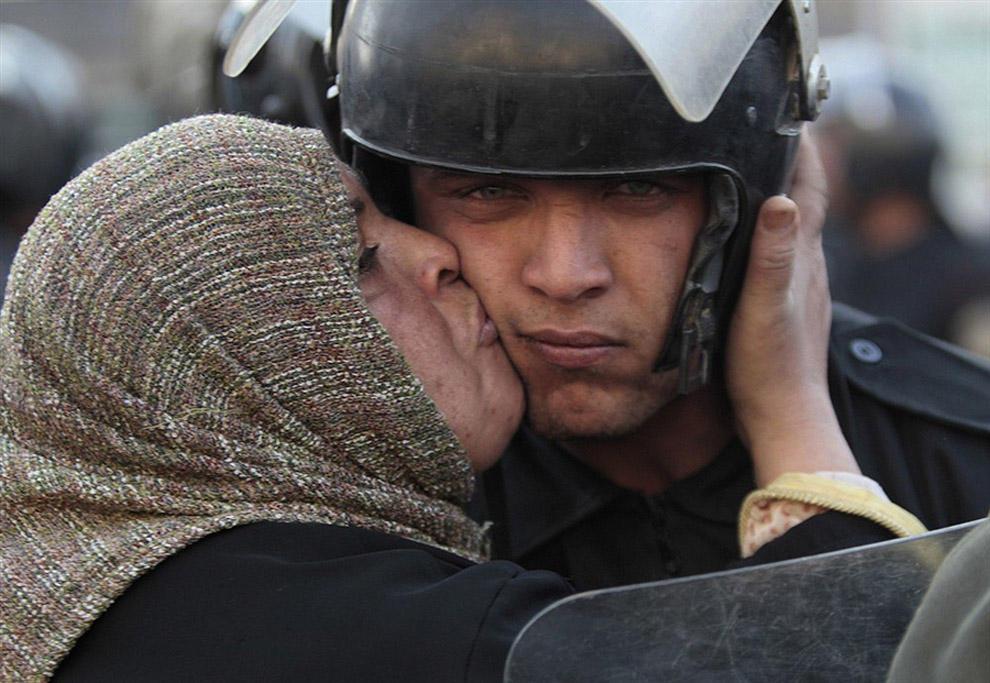 compassionoverviolence15 30 фотопримеров человеческого сострадания во время акций протеста