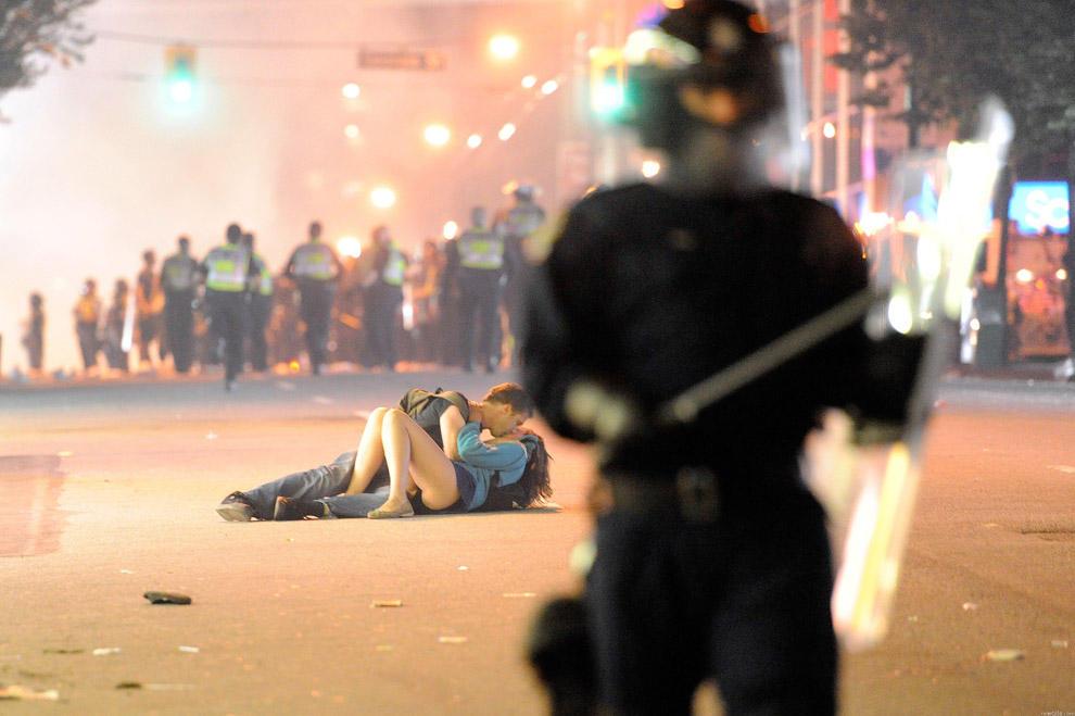 compassionoverviolence19 30 фотопримеров человеческого сострадания во время акций протеста