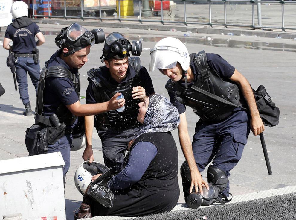 compassionoverviolence22 30 фотопримеров человеческого сострадания во время акций протеста