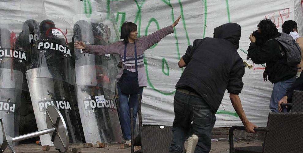 compassionoverviolence23 30 фотопримеров человеческого сострадания во время акций протеста