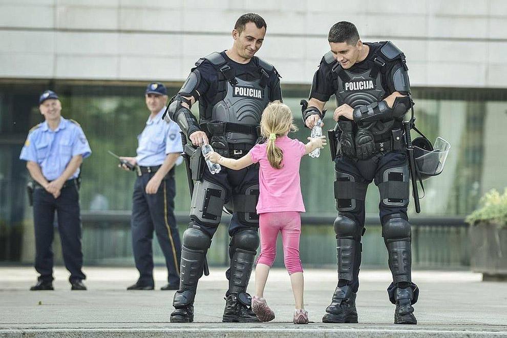 compassionoverviolence24 30 фотопримеров человеческого сострадания во время акций протеста