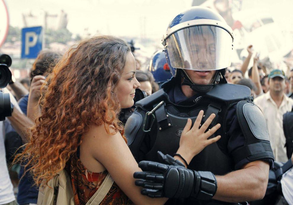 compassionoverviolence25 30 фотопримеров человеческого сострадания во время акций протеста