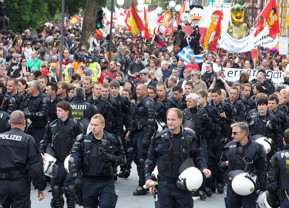 compassionoverviolence29 30 фотопримеров человеческого сострадания во время акций протеста