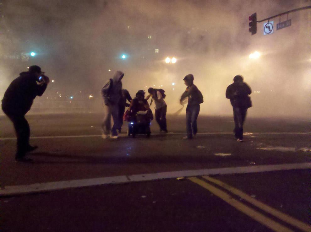 compassionoverviolence34 30 фотопримеров человеческого сострадания во время акций протеста