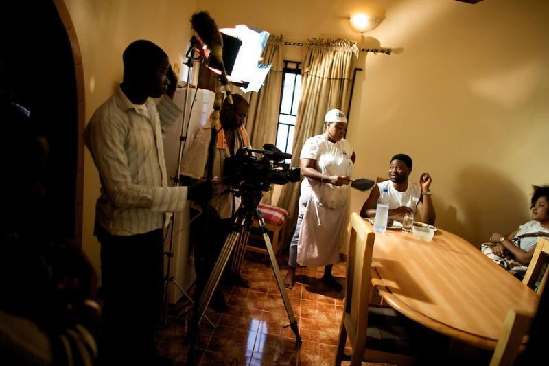 10. Ежедневно в Нолливуде снимается до 20 фильмов и на  каждый уходит одна-две недели. В общем, Нолливуд снимает один фильм за одну неделю и за смешные деньги. Причем на цифровую камеру. Расходы малые, а в итоге бизнес приносит миллионы. На фото: На съемках малобюджетного фильма на языке Йоруба под названием «Маньяк» на окраине Лагоса. (© Guy Calaf)