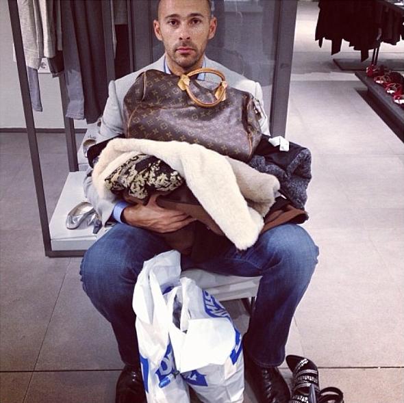 man shops with wife Забавные кадры из Instagram Мужчины вмагазинах