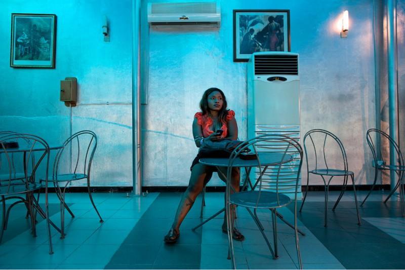 7. Для африканского зрителя главное, чтобы все заканчивалось непременным хэппи-эндом. Известный кинорежисер Нолливуда Сильвестр Обадиеге по этому поводу говорит: «Если у фильма не будет хорошего финала, его и смотреть не будут — у нас и так жизнь непростая».  На фото: Актриса Халима в ожидании съемок своей сцены в «Стриптизершах». (© Guy Calaf/LUZphoto)
