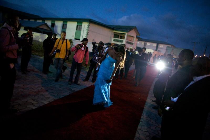 12. Звезда Нолливуда Стефани Окереке идет на церемонию вручения премий Африканской киноакадемии в столице штата Байелса, городе Йенагоа. (© Guy Calaf/LUZphoto)