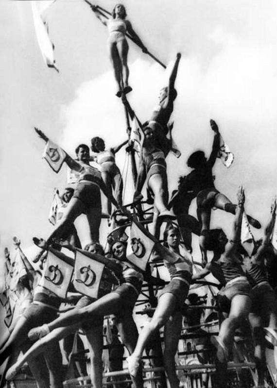 rodchenko pyramid female 570x800 Спортсменки, комсомолки, красавицы 1930 х