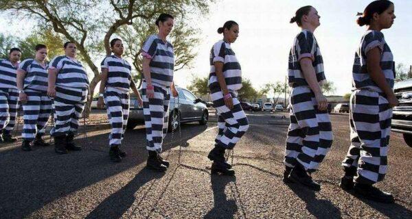 Скованные одной цепью: арестантские будни женщин-заключенных в одной из тюремСША