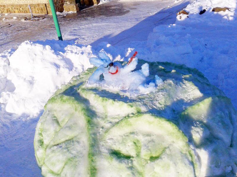 Заяц хороший Снежные скульптуры в исправительных колониях Украины