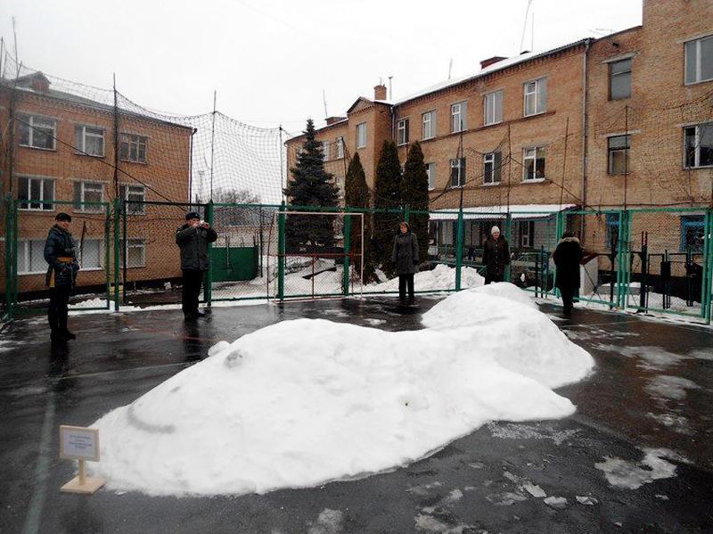 1391941004 6 Снежные скульптуры в исправительных колониях Украины