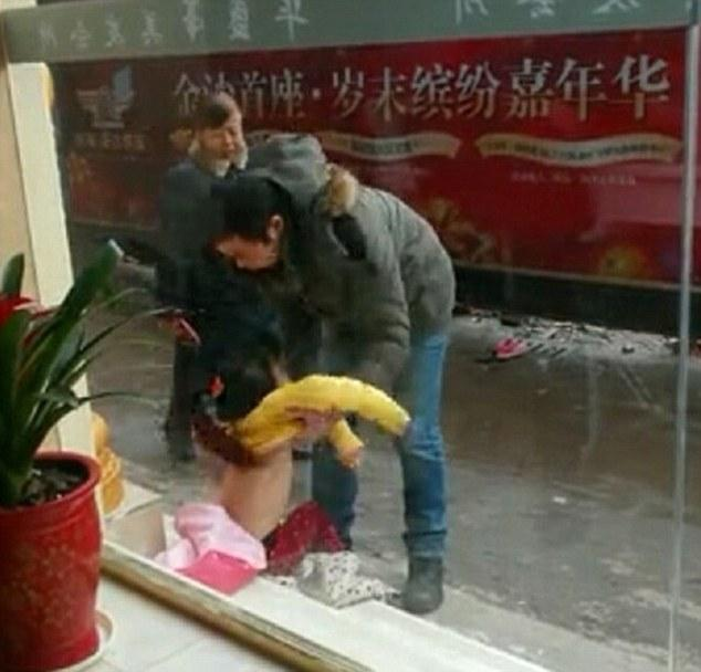 article 2562672 1B9EE2C000000578 612 634x608 Фотографии, которые потрясли Китай