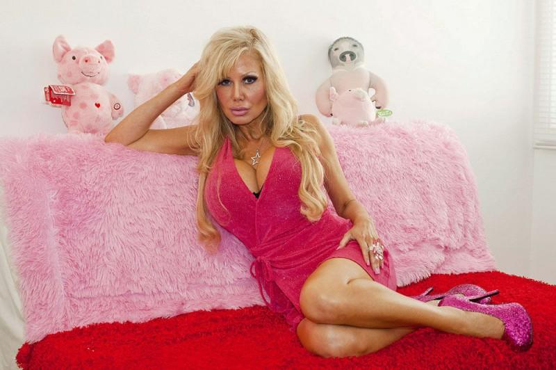 blondie01 800x532 38 летняя женщина превращает себя в куклу Барби