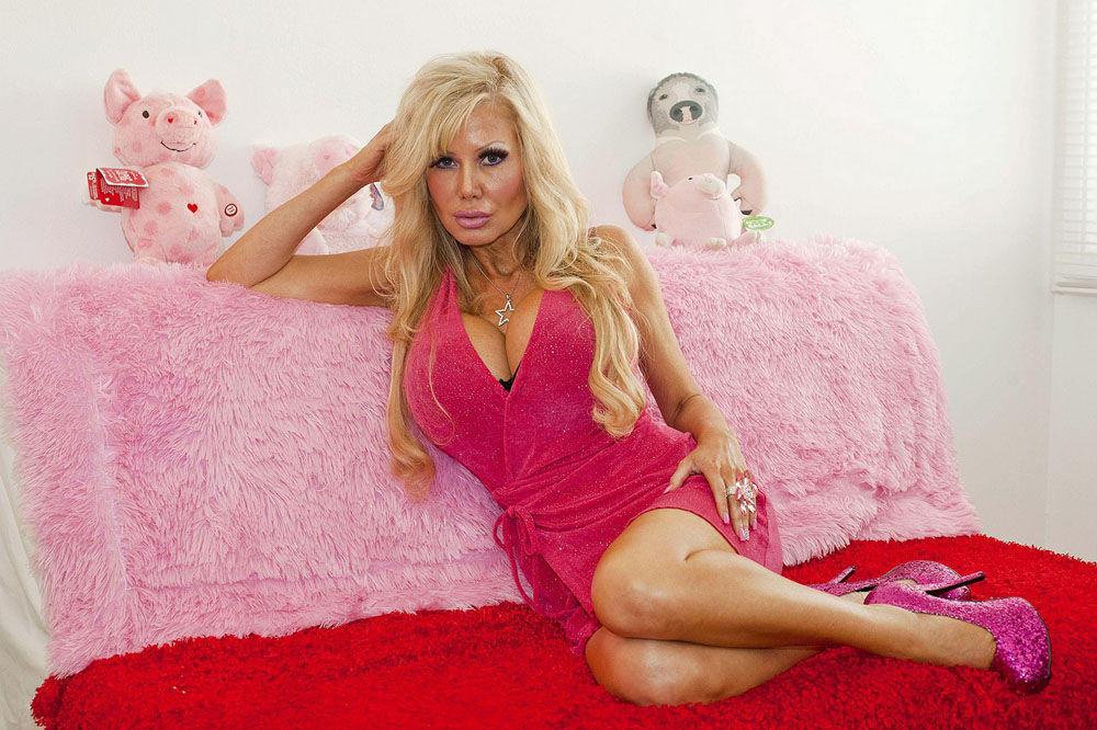 blondie01 38 летняя женщина превращает себя в куклу Барби
