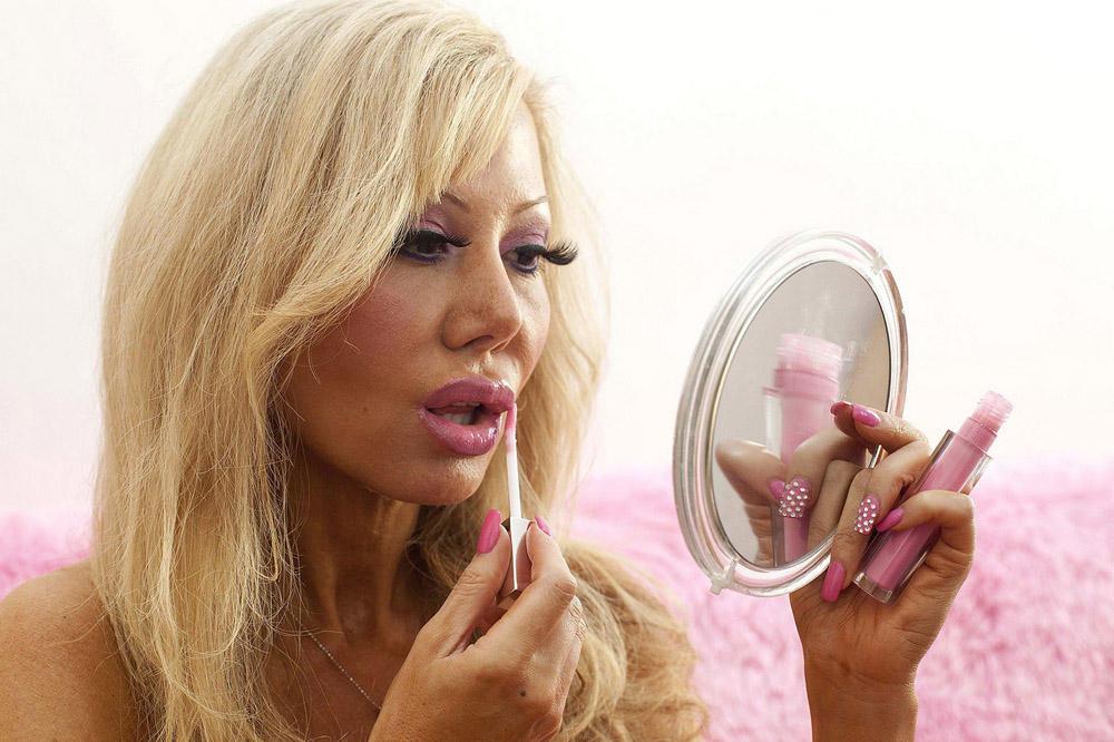 blondie11 38 летняя женщина превращает себя в куклу Барби