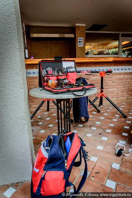 15. Во дворе отеля установлены станки для обслуживания, разложены инструменты.