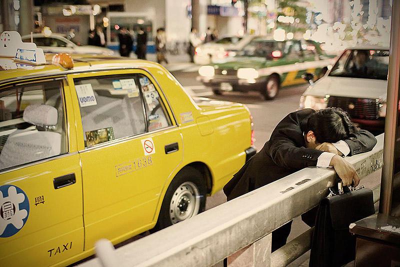 sleepingjapan02 Изнуренные работой жители Токио, спящие на улице