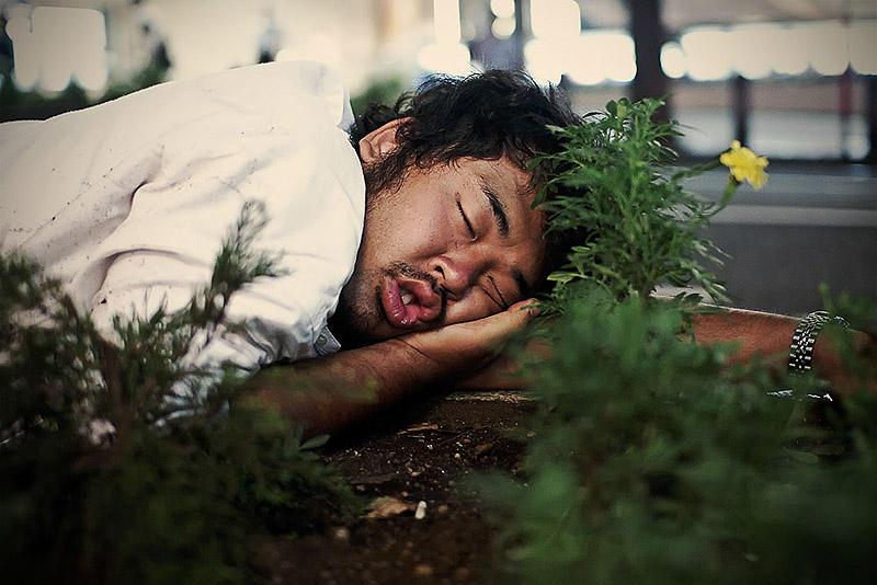 sleepingjapan03 Изнуренные работой жители Токио, спящие на улице
