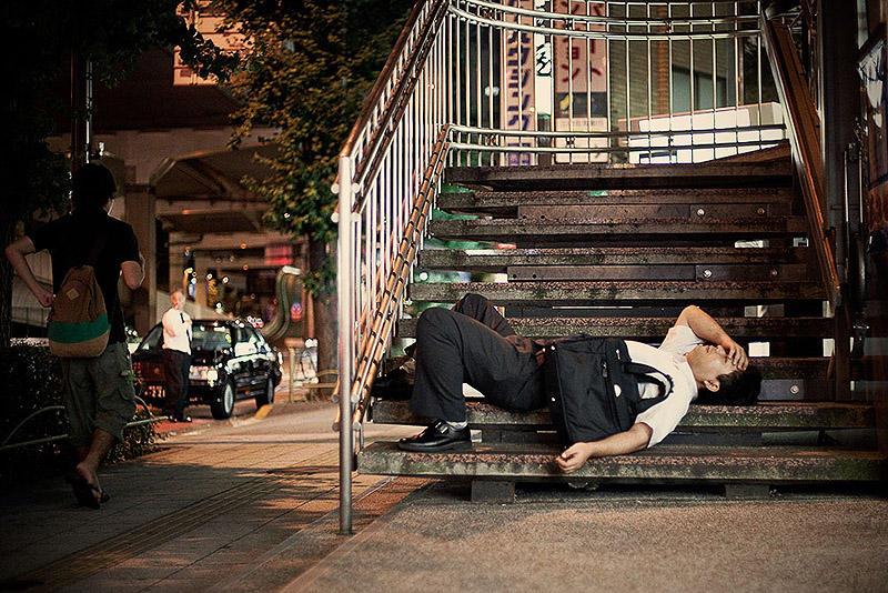sleepingjapan04 Изнуренные работой жители Токио, спящие на улице