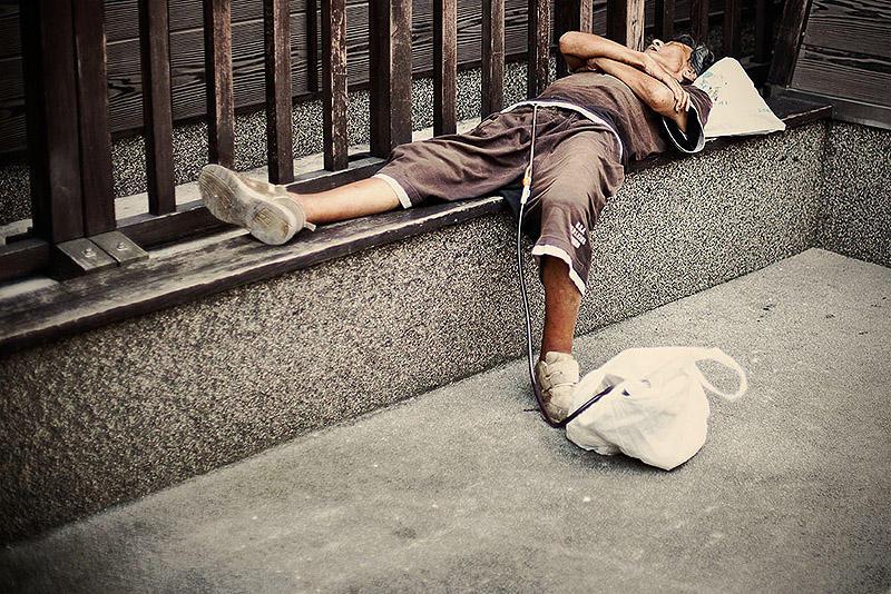 sleepingjapan05 Изнуренные работой жители Токио, спящие на улице