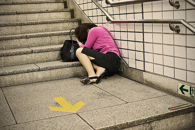 sleepingjapan06 Изнуренные работой жители Токио, спящие на улице