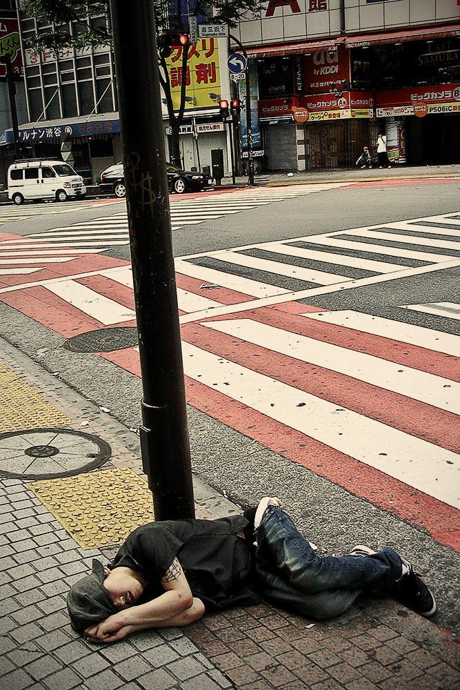 sleepingjapan07 Изнуренные работой жители Токио, спящие на улице