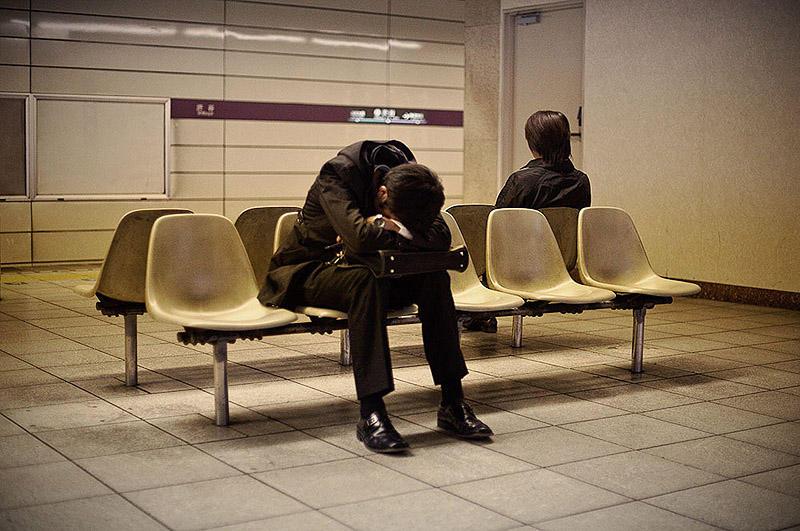 sleepingjapan08 Изнуренные работой жители Токио, спящие на улице