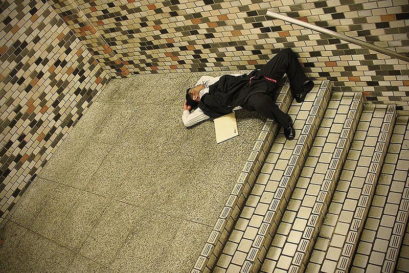 sleepingjapan09 Изнуренные работой жители Токио, спящие на улице