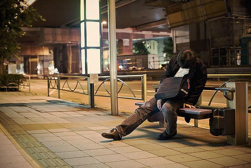 sleepingjapan10 Изнуренные работой жители Токио, спящие на улице