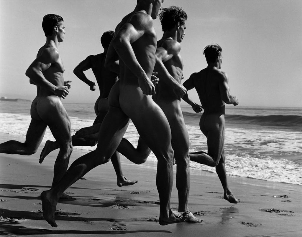Женщина фотограф фотографирует голых мужчин