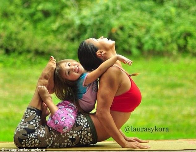 article 2578862 1C347D7900000578 584 634x492 Instagram недели: Занятия йогой мамы и дочки покорили мир