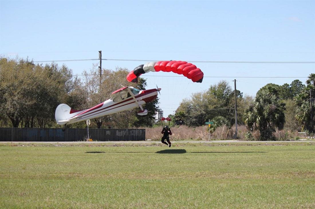 crash03 Невероятные фотографии столкновения самолета и парашютиста