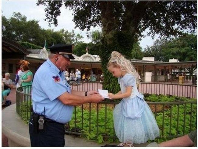 22. Охранник сделал девочку самой счастливой в королевстве. «Этот человек любит свою работу. Как только эта девочка вошла в парк «Волшебное королевство», охранник подошел к ней и сказал: «Извините, Принцесса, можно ваш автограф?» В его книге было полно подписей детей, т.к. этот охранник осчастливил уже не одну маленькую принцессу. Эта девочка еще долго не могла нарадоваться тому, что охранник подумал, что она настоящая принцесса».