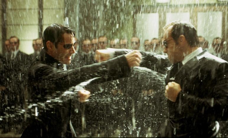 """9. Если в кино завязывается драка между главным героем и толпой """"плохих парней"""", то последние нападают по одному, чтобы легче было их героически победить."""
