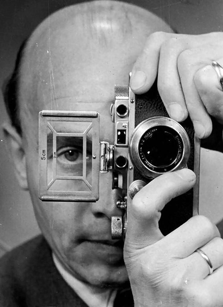 автопортрет зеркальным фотоаппаратом здании неподалеку